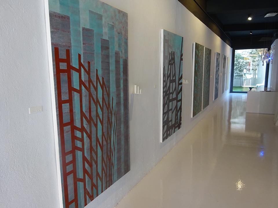 El espacio expositivo. Junto a cada obra hay una representación impresa en 3D de la misma.
